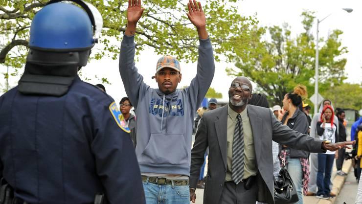 Die zunächst friedlichen Proteste wegen des Todes eines jungen Schwarzen in Polizeigewahrsam sind in der US-Stadt Baltimore in offene Gewalt umgeschlagen.