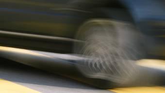 Ein Auto wurde gestern gegen einen Fussgänger geschleudert, nachdem ein anderes Auto in sein Heck prallte (Symbolbild)