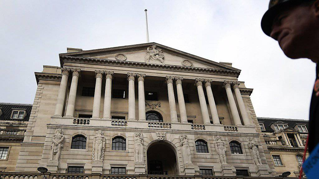 Die Bank of England in London erhöht erstmals seit der Finanzkrise die Zinsen.