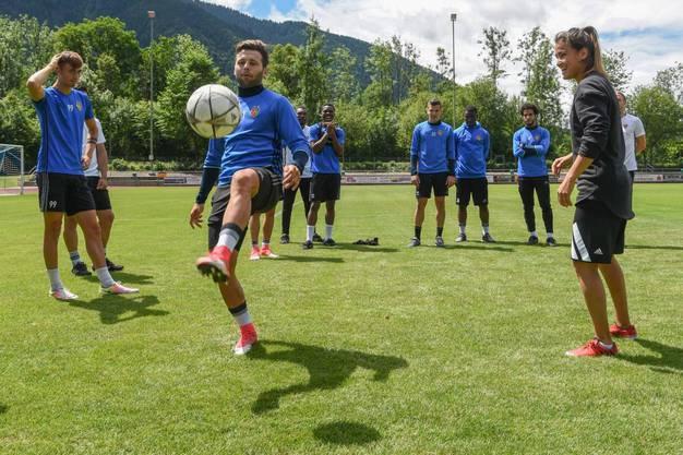 Fussball-Freestylerin Aylin Yaren zeigt den FCB-Jungs einige Tricks