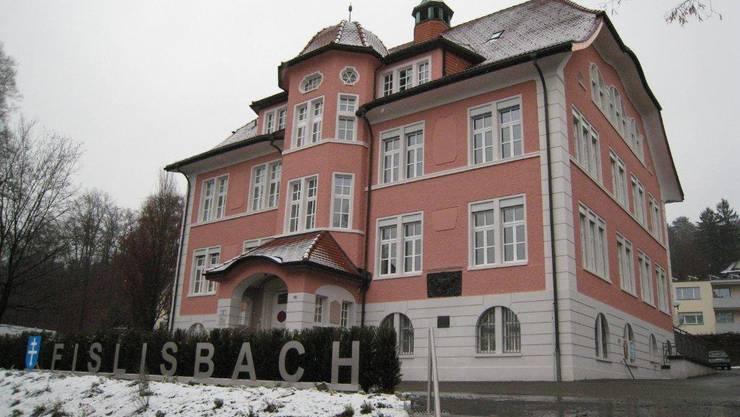 Das markante Gemeindehaus mit der renovierten Fassade. Foto: ZVG