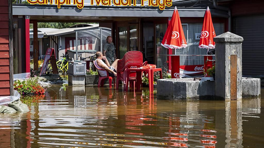 Heikel bleib die Hochwasserlage in Yverdon-les-Bains VD am Neuenburgersee. (Archivbild)