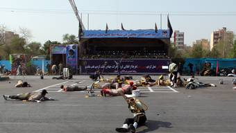 Iranische Soldaten liegen am Boden während eines Terrorangriffs bei einer Militärparade in der Stadt Ahvaz im Süden des Landes.