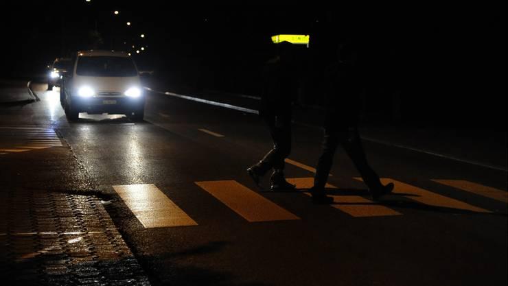 Der 60-jährige Autofahrer übersah die zwei Fussgänger, welche bereits auf dem Zebrastreifen waren. (Symbolbild)