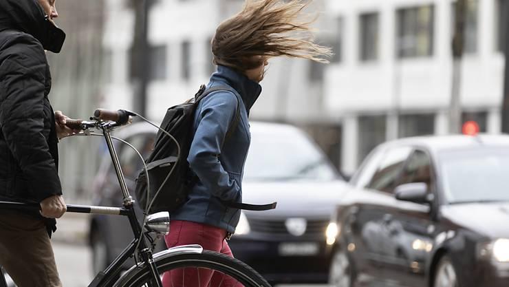 Sturmtief Bennet hat in der Schweiz nicht nur für verwehte Haare, sondern vorab im Bernbiet auch für zwei Leichtverletzte und einige Schäden gesorgt.