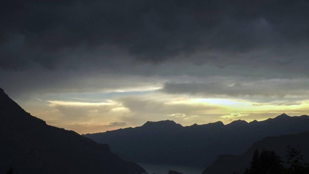 Es drohen stürmische Stunden: Im Bild ein dunkler Himmel über dem Brienzersee im Berner Oberland. (Archiv)