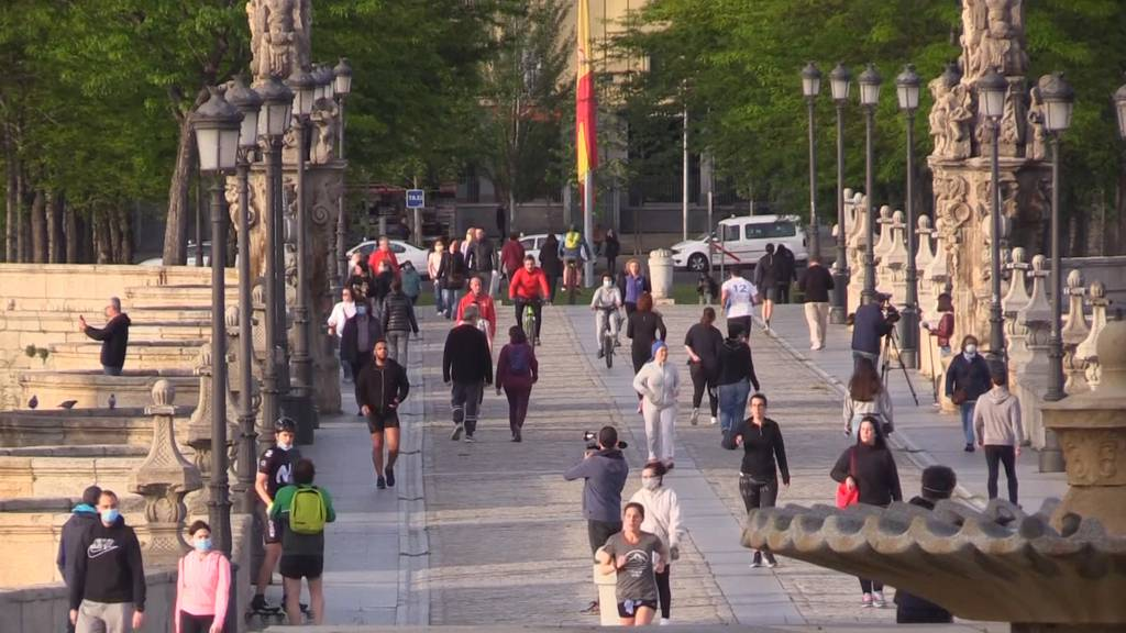 Spanier geniessen ersten Ausgang nach 7 Wochen Lockdown