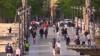 Seit Mitte März durfte man in Spanien nur in Ausnahmefällen das Haus verlassen. Nun wurden die Bestimmungen für Freizeitaktivitäten gelockert. Die Menschen strömten in Massen nach draussen.