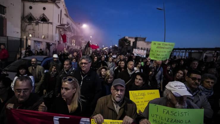 Italiener demonstrieren gegen die Mafia. Nun wollen sich die Bürger von Neapel vor dem EU-Menschenrechtsgericht ihr Recht auf eine umweltgerechte Müllentsorgung erstreiten. Die Müllentsorgung in und um Neapel wird von der Mafia beherrscht. (Foto: Angelo Carconi/EPA Keystone Archiv)