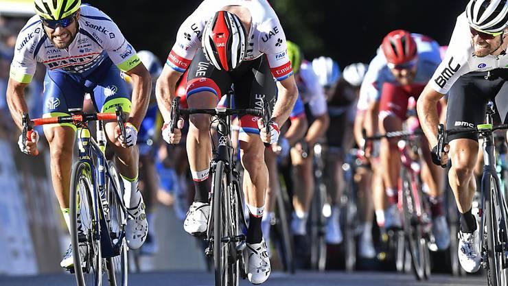 Der Norweger Alexander Kristoff (mitte) gewinnt vor dem Italiener Andrea Pasqualon (links) und dem Südafrikaner Reinardt Janse van Rensburg (rechts) den 56. Grossen Preis des Kantons Aargau in Leuggern