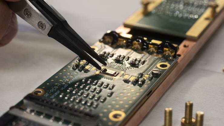 An der Uni Basel wird künftig auch die Entwicklung von Quantencomputern mit siliziumbasierten Qubits im Fokus stehen.