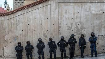 Polizisten in Prag im Einsatz am Rande einer Anti-Islam-Kundgebung - später griffen mutmassliche Rechtsextreme in der Stadt ein linkes Sozialzentrum an.