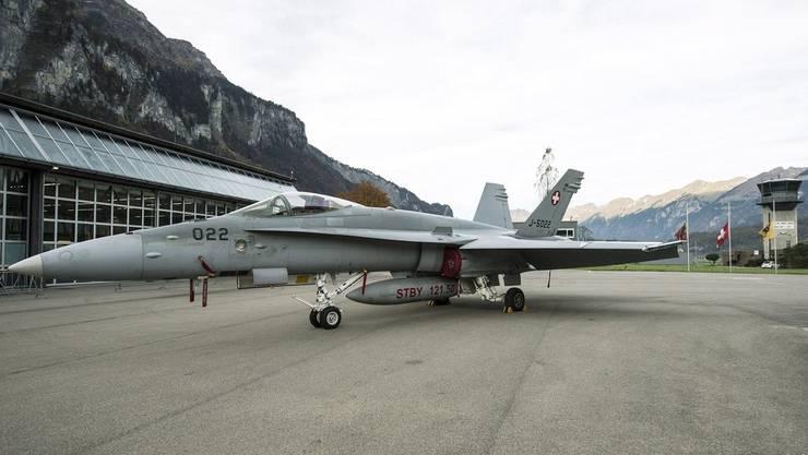 Am Boden während in der Luft die Post abging:  FA-18-Flieger auf dem Flugplatz in Meiringen.