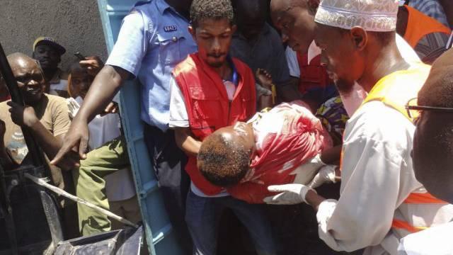 Rettungskräfte tragen den Körper eines Anschlagopfers