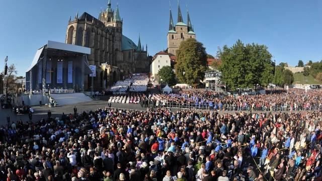 Zehntausende besuchen auf dem Erfurter Domplatz die erste Messfeier des Papstes Benedikt XVI in den neuen Bundesländern