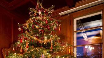 Ein Weihnachtsbaum in einem Haus fing Feuer (Symbolbild)