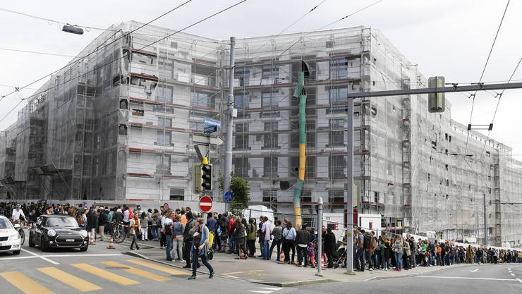 Die Nachfrage nach städtischen Wohnungen übersteigt das Angebot: Wohnungssuchende stehen Schlange für eine Besichtigung in der Siedlung Kronenwiese.
