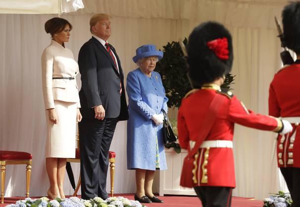 Die Queen hatte zunächst mehrere Minuten lang dort gewartet. Es blieb aber zunächst unklar, warum es zu der Verzögerung kam.