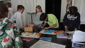 Die Kinder basteln im Workshop konzentriert an ihren Animationsfiguren.