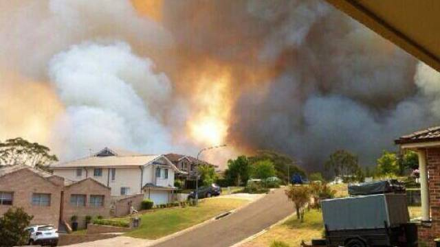 Ein Buschbrand bedroht Häuser in Springwood, New South Wales
