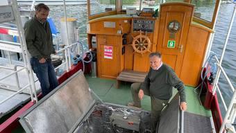 Allan Fuchs, der Präsident der Schifffahrts-Genossenschaft Greifensee (SGG), erklärt den Dieselmotor, der ersetzt werden soll.