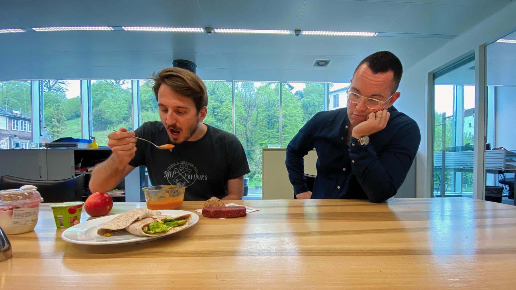 Während meine Kollegen zu Mittag essen, darf ich mich daneben langweilen.