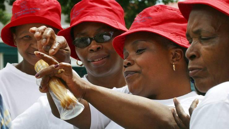Freiwillige Helfer demonstrieren in Südafrika die Anwendung eines Kondoms. (Symbolbild)