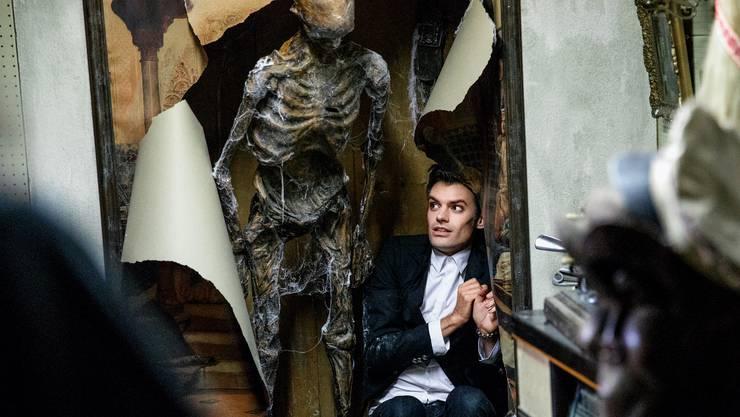 Fabio Testi (Reto Stalder) macht einen grausigen Fund in der der Brockenstube.