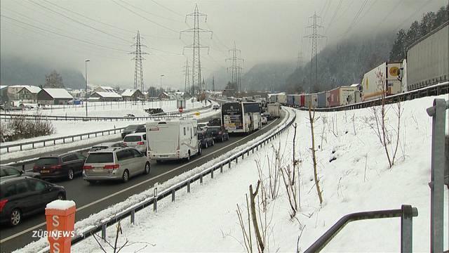 Neuschnee sorgt für Verkehrschaos vor Gotthard