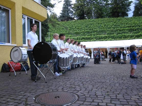 Laute Töne zum Auftakt ins Abendprogramm: Kreismusik Limmattal, Tambouren Parade