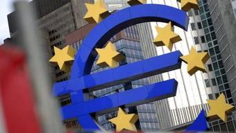Das Euro-Zeichen vor der Europäischen Zentralbank in Frankfurt (Archiv)