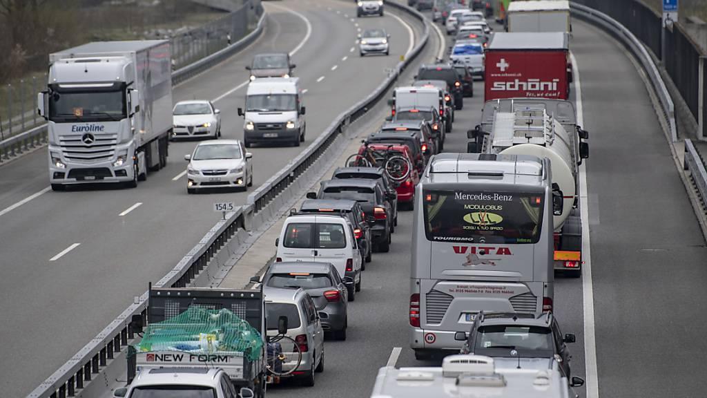Forscherinnen und Forscher empfehlen CO2-Lenkungsabgabe auf Benzin