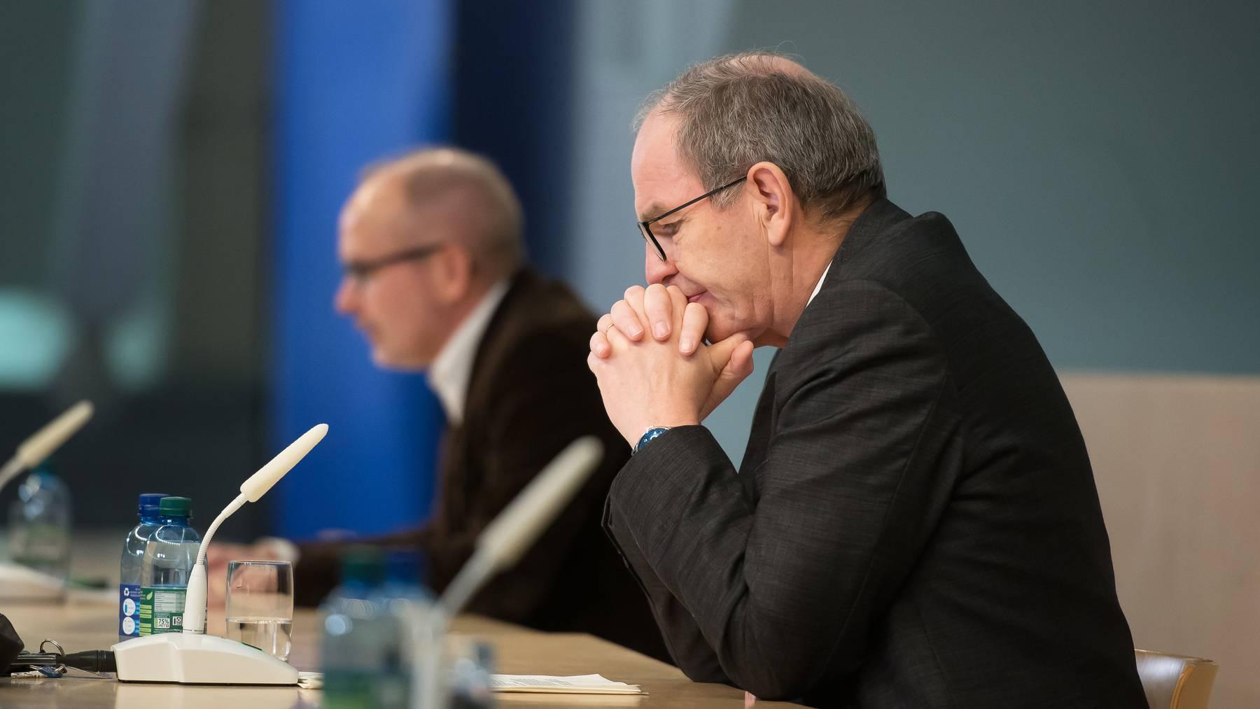 Die St.Galler Regierungsräte Stefan Kölliker und Bruno Damann bei der Medienkonferenz vom 19. Dezember.