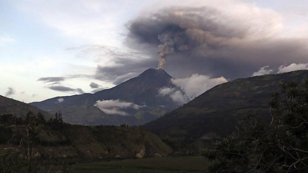 Rauch steigt aus dem Vulkan Tungurahua - laut Medien bis zu 3000 Meter über dem Gipfel.