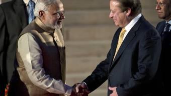 Händedruck von Modi (l) und Sharif anlässlich der Amtseinführung des indischen Regierungschefs im Mai 2014 in Neu Delhi (Archiv)