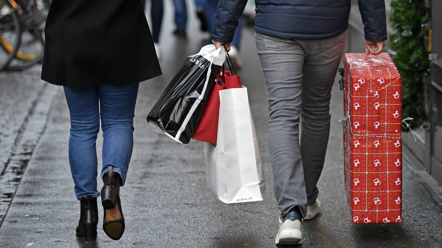 Geschenke Einkauf beim Sonntagsverkauf an der Zuercher Bahnhofstrasse am Sonntag, 22. Dezember 2019. / Weihnachtsgeschenk