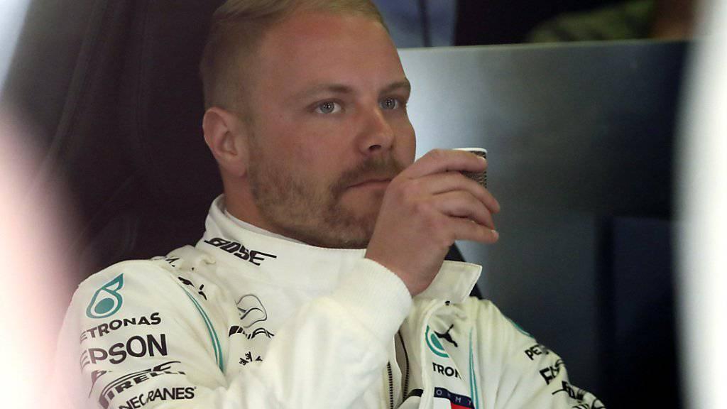 WM-Leader macht Kaffee-Pause: Mercedes-Fahrer Valtteri Bottas gönnt sich gegen Ende der ersten Trainingseinheit eine Verstärkung