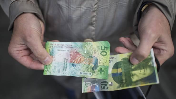 Neu und Alt im Vergelich: Die alte 50er-Note bleibt noch sehr lange gültig. Sogar die 50er-Note mit Konrad Gessner, die im Jahr 2000 zurückgerufen wurde, kann noch bis 2020 zum vollen Nennwert umgetauscht werden. Als Zahlungsmittel ist sie allerdings ungültig.