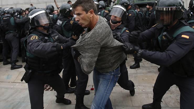 Polizisten aus Madrid riegelten das Wahllokal von Kataloniens Regierungschef Carles Puigdemont ab. Er stimmte trotzdem ab - im Nachbardorf.
