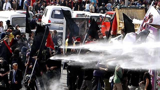 Polizei setzt Wasserwerfer ein in Istanbul