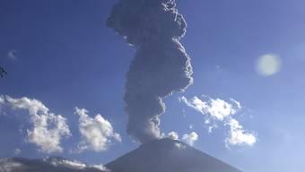 Der Vulkan Mount Agung auf der Insel Bali im Juli 2018: Aus dem Krater stiegen am Sonntag etwa drei Minuten lang Aschewolken empor. (Archivbild)