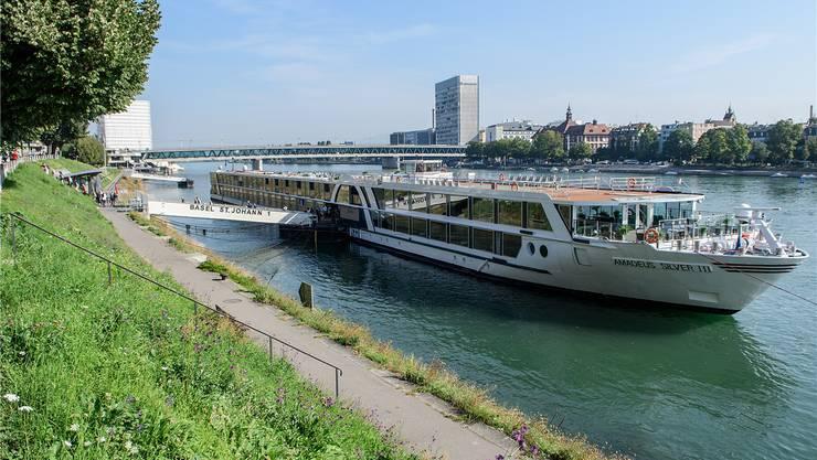 Willkommen in Basel: Schiffstouristen betreten am Steiger St. Johann nach der Rheinkreuzfahrt mit Lüftner Cruises den Basler Boden. Lange werden sie hier kaum bleiben.