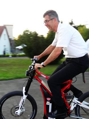 Martin Steiger testet ein Elektro-Mountainbike
