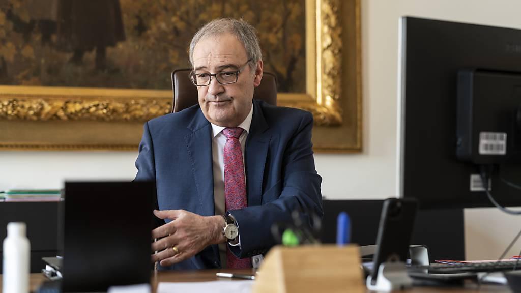 Wirtschaftsminister Guy Parmelin besprach sich am Donnerstag mit Vertreterinnen und Vertretern der Schweizer Wirtschaft. Das Fazit: Ein erneuter Lockdown soll mit allen Mitteln verhindert werden. (Archivbild)