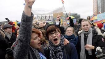 Unterstützerinnen der gleichgeschlechtlichen Ehe jubeln in Helsinki