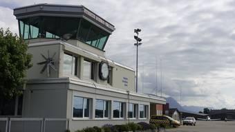 Blick auf den Tower am Flughafen Grenchen.