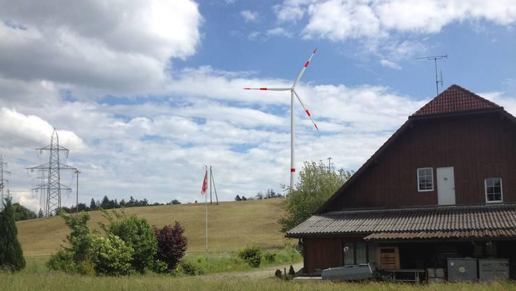 Vom Restaurant Kalthof (r.) hätte man einen direkten Blick auf eines der beiden Windräder. Fotomontage zvg