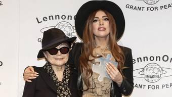 Yoko Ono (links) und Lady Gaga nach der der Preisverlehung