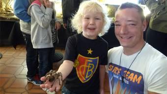 Weder Angst noch Ekel: Der vierjährige Sämi mit der Vogelspinne – und Onkel Thomas passt gut auf.