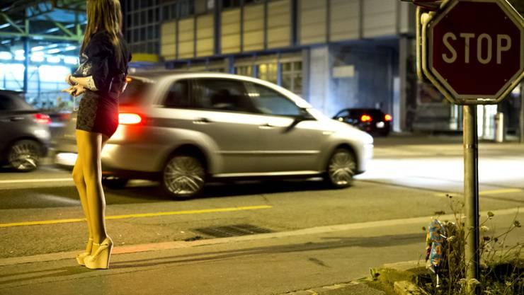 Eine Prostituierte wartet auf Kundschaft auf dem Strassenstrich im Quartier Sebeillon in Lausanne. (Archiv)